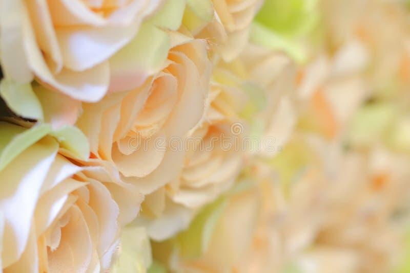 Rosa, muitas flores artificiais coloridas imagens de stock royalty free