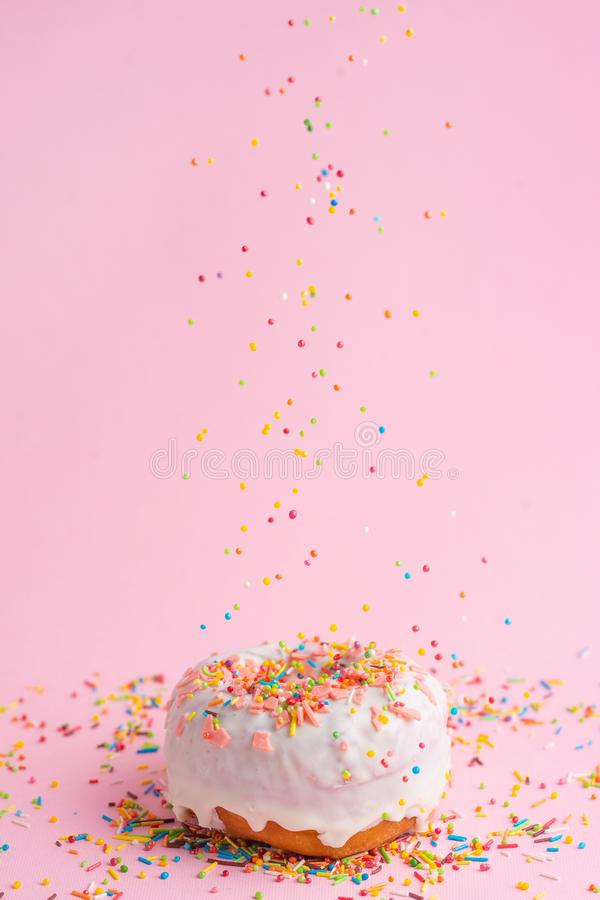 Rosa munk f?r st?nk P? en rosa bakgrund arkivbilder