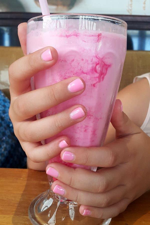 Rosa Nägel, zum des rosa Milchshaken zusammenzubringen stockbild