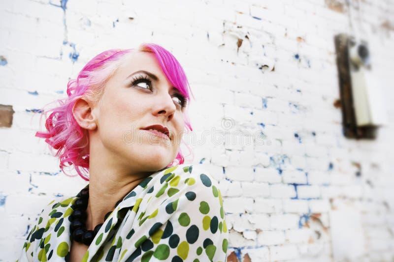 rosa nätt kvinna för hår arkivbild