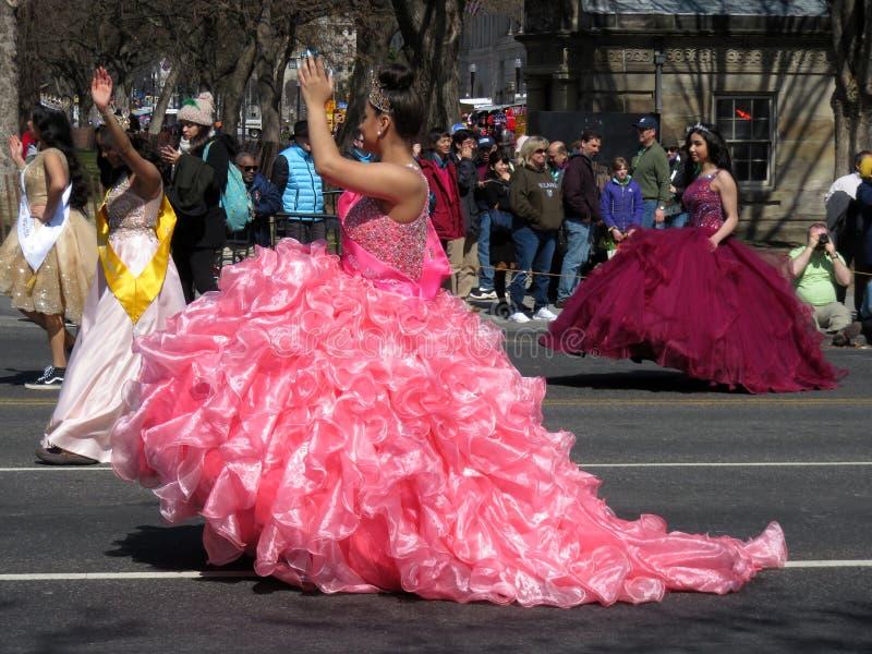 rosa nätt kvinna för klänning arkivfoton