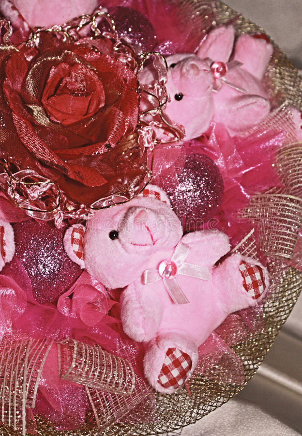 Rosa nallebjörnar och konstgjord blomma i julcompositen royaltyfri fotografi