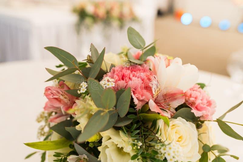 Rosa nejlika som en del av blommasammansättningsslut upp Härlig bukett i pastellfärgad form Blommaordning med nejlikan royaltyfri fotografi