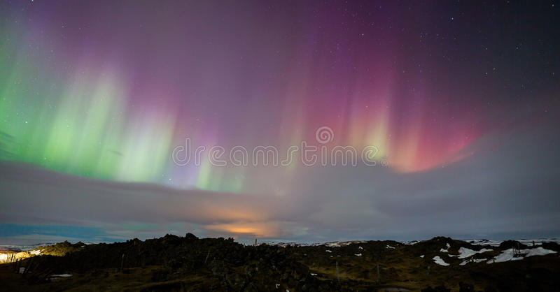 Rosa Nordlichter über Island lizenzfreies stockbild