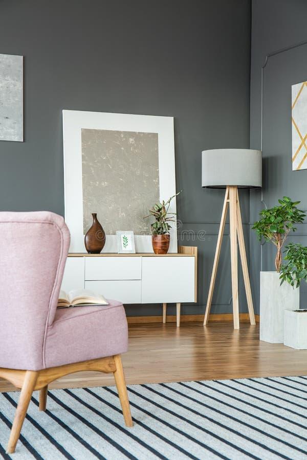 Rosa och grå vardagsrum royaltyfria bilder