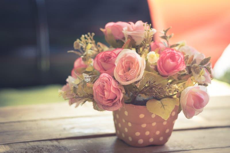 Rosa och röd ros i vas royaltyfri bild