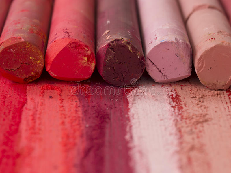 Rosa och röda konstnärliga färgpennor arkivfoto
