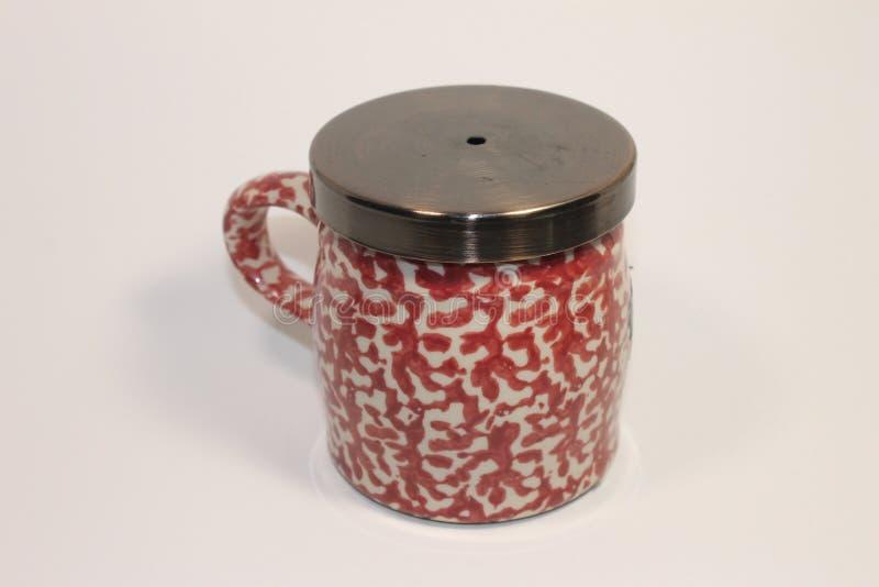 Rosa och vit kopp av vatten eller coffe fotografering för bildbyråer