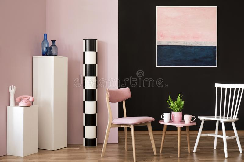 Rosa och vit vardagsrum arkivfoton