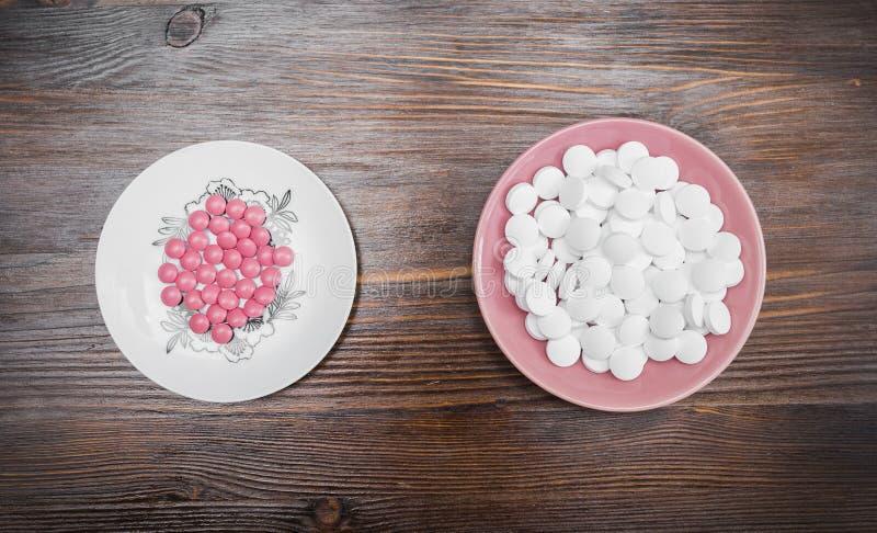 Rosa och vita minnestavlor på ett tefat fotografering för bildbyråer
