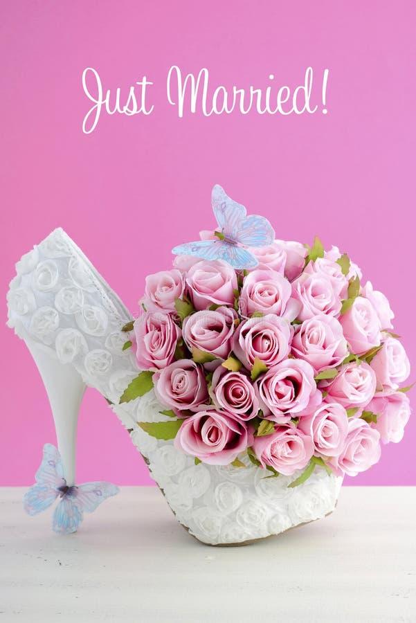 Rosa och vitt begrepp för temabröllopbukett arkivfoto