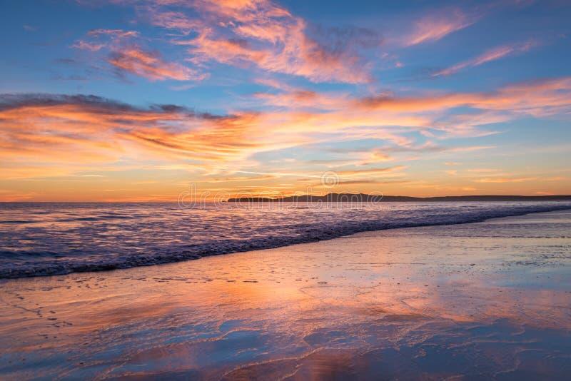 Rosa, orange och blå solnedgång som förbiser havet på Limantour, Kalifornien royaltyfri fotografi