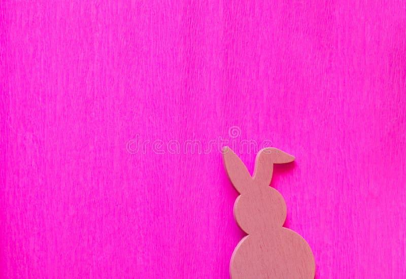 Rosa påskkanin på en rosa bakgrund royaltyfri foto