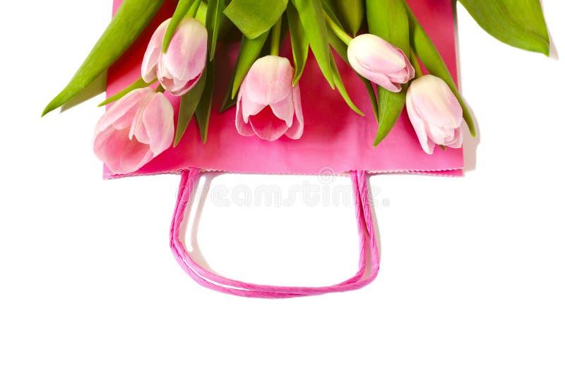 Rosa Papiereinkaufstasche mit schönem rosa Tulpenblumenstrauß, Frühlings-Verkauf lizenzfreie stockbilder
