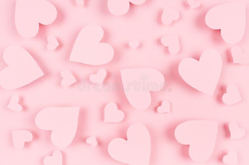 Rosa Papierherzen fliegen auf weichen rosa Farbhintergrund Valentinstagkonzept für Design lizenzfreie stockbilder