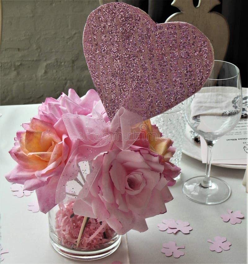 Rosa Papierrosen mit rosa Funkelnherzen für Brautdusche lizenzfreie stockbilder