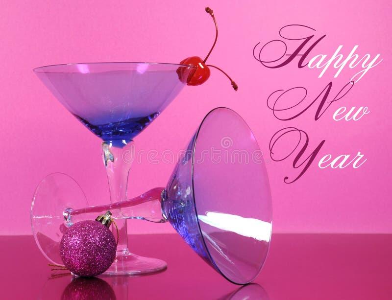 Rosa parti för lyckligt nytt år för tema med exponeringsglas för tappningblåttmartini coctail och nya år helgdagsaftongarneringar royaltyfri fotografi