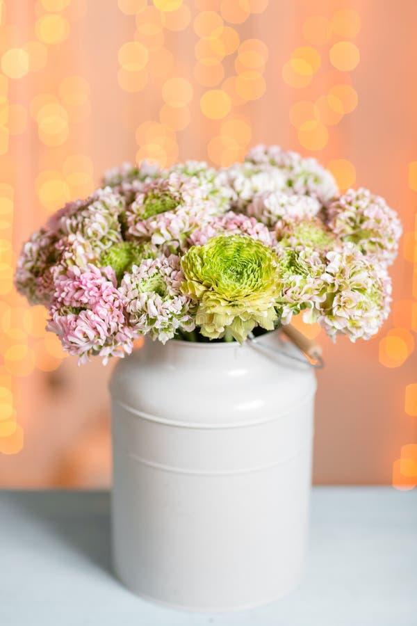 Rosa persiska smörblommablommor Den lockiga pionranunculusen i metallisk grå tappning kan Vas med den härliga buketten på arkivfoton