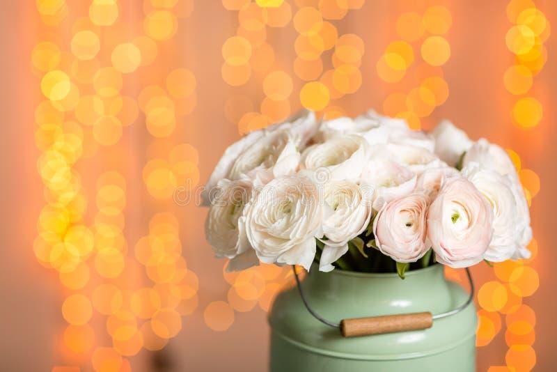Rosa persiska smörblommablommor Den lockiga pionranunculusen i metallisk grå tappning kan Vas med den härliga buketten på arkivbilder