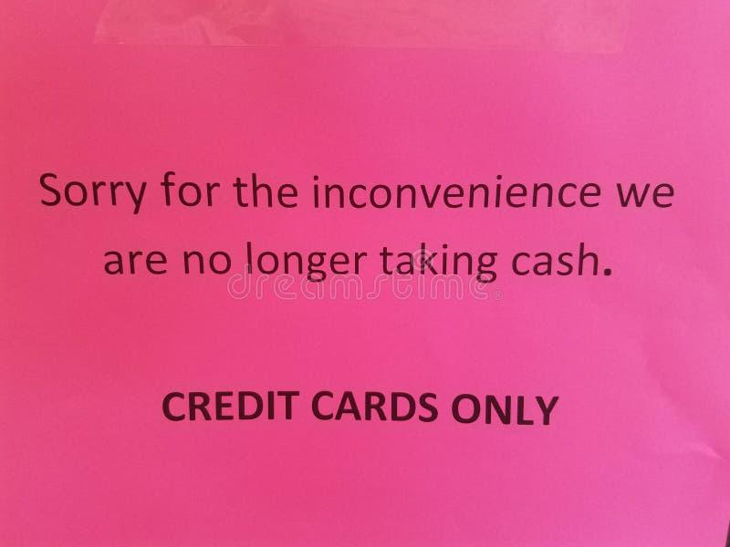 Rosa pesaroso para a inconveniência nós já não estamos tomando o sinal dos cartões de crédito do dinheiro somente fotografia de stock