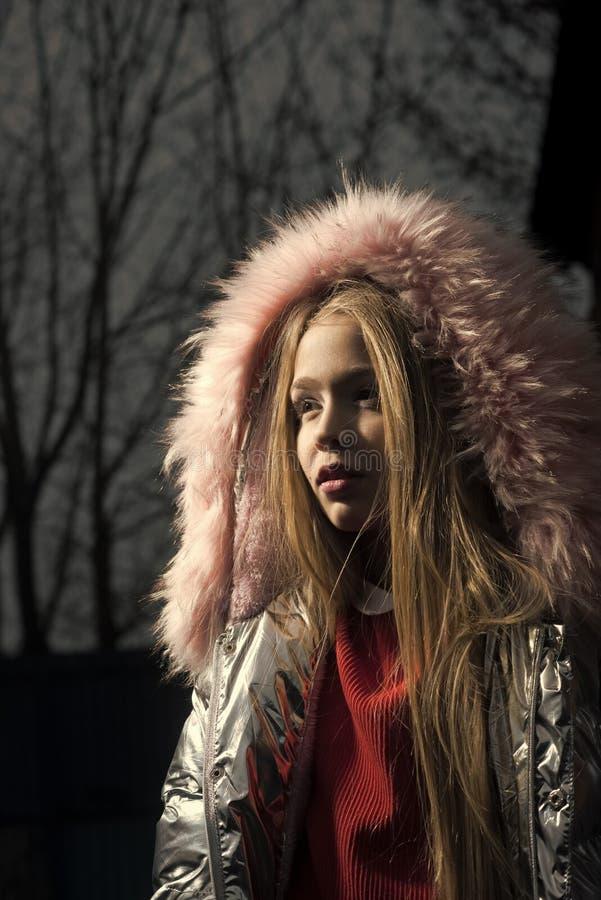 Rosa Porträt des kleinen Mädchens des Pelzhaubenwintermantels im Freien stockbild