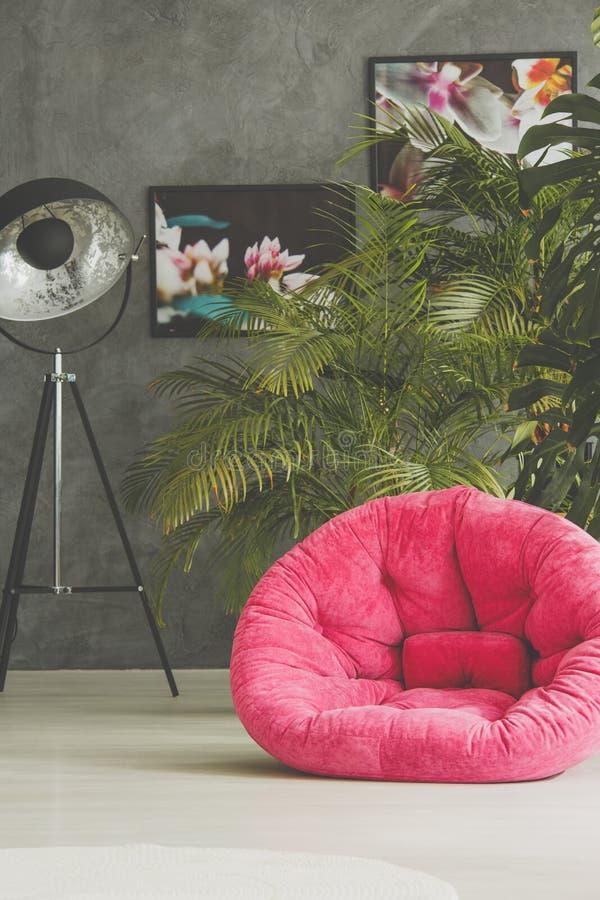 Rosa Puff im geräumigen Raum stockbild
