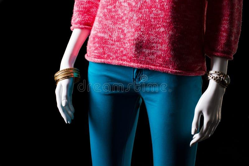 Rosa Pullover, Uhr und Armband stockfotos