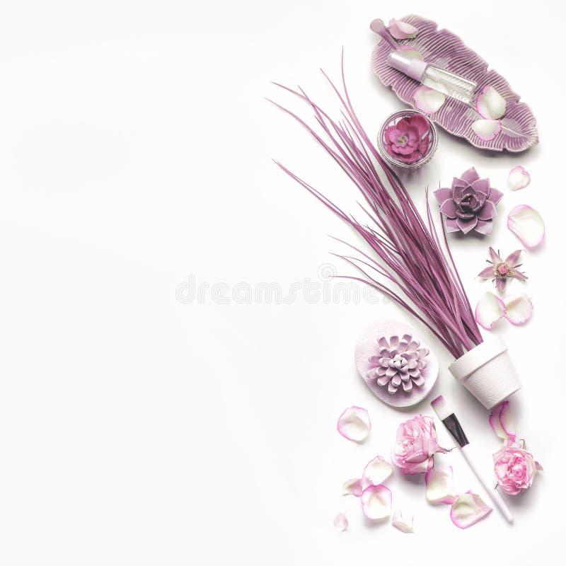 Rosa purpurrote Kosmetik stellte für Gesichtshautpflege mit Rosen auf weißem Hintergrund, Draufsicht, Platz für Text ein stockfotografie