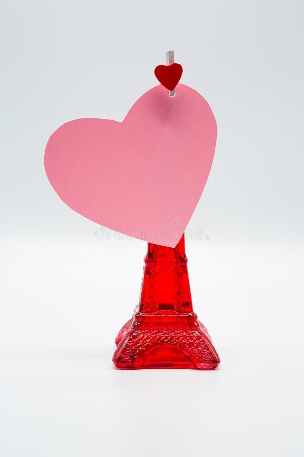 Rosa que corta o coração de papel com o grampo de madeira para o dia de Valentim feliz fotos de stock