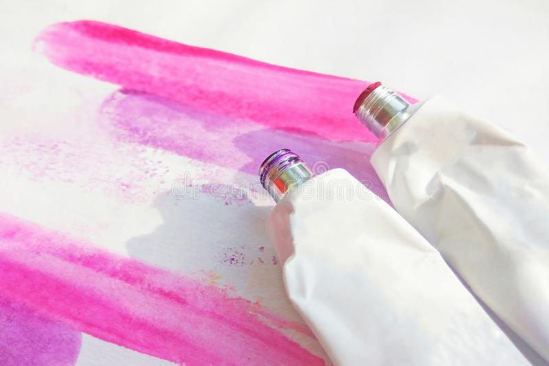 Rosa rör för akrylmålarfärger och för vattenfärgteckning för hand utdragen abstrakt magentafärgad bild på vit texturerad pappersb arkivbild
