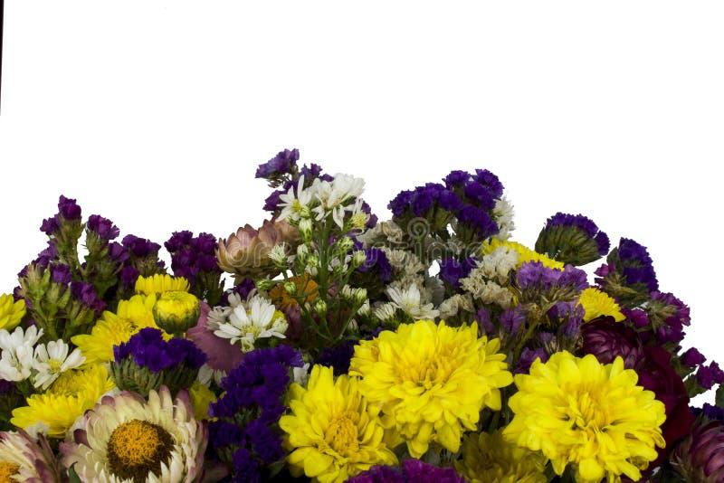 Rosa, ramalhete roxo, amarelo, branco das flores de Statice isolado no fundo branco imagens de stock