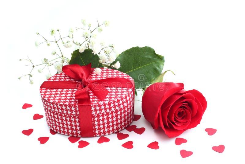 Rosa, regalo e cuori immagini stock