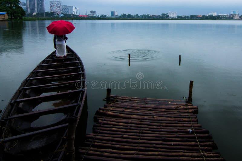 Rosa Regenschirm stockfotografie