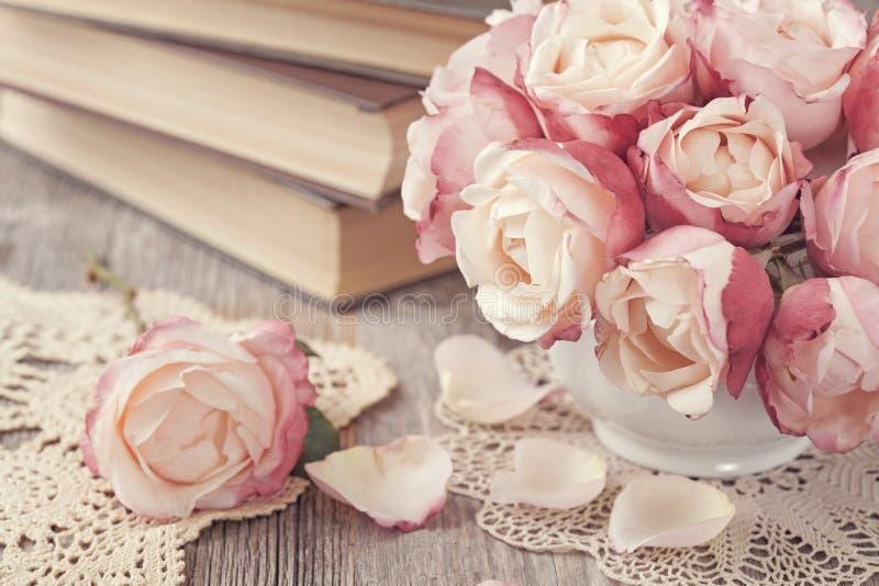 Rosa ro och gammala böcker royaltyfri fotografi