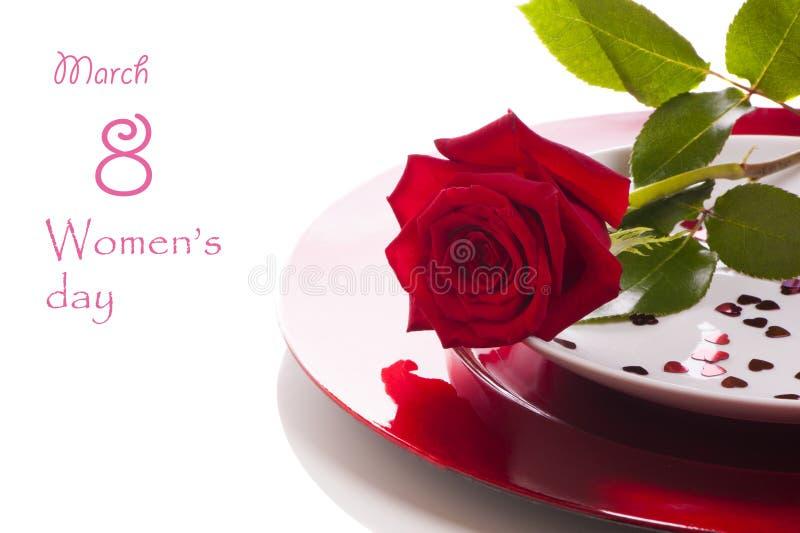 Rosa roja en la placa - fondo blanco foto de archivo libre de regalías