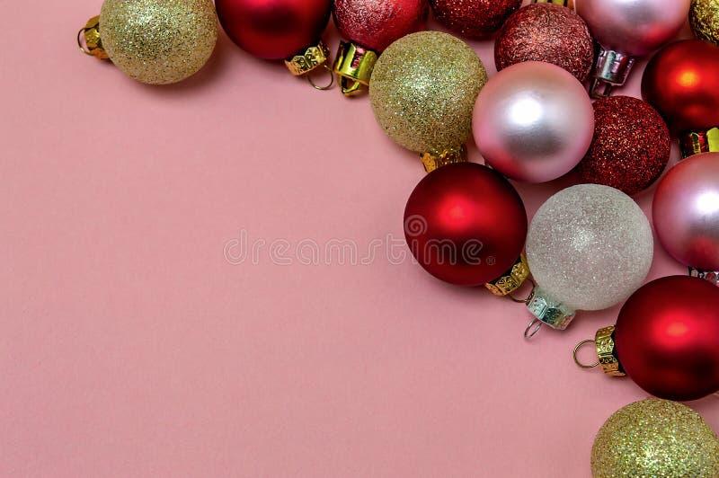 Rosa rojo del oro de las bolas de la Navidad en la postal rosada del Año Nuevo de la Navidad del fondo imagenes de archivo