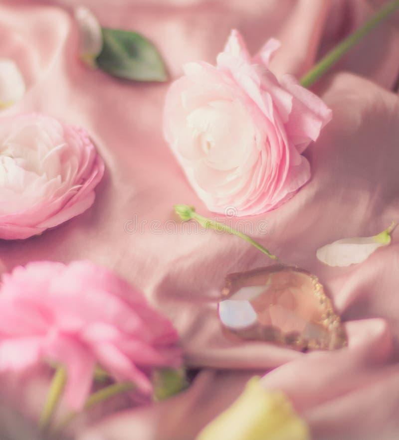 rosa rosafarbene Blumen auf weicher Seide - Hochzeit, Feiertag und Blumenhintergrund angeredetes Konzept lizenzfreies stockfoto