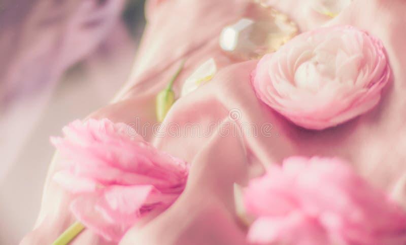 rosa rosafarbene Blumen auf weicher Seide - Hochzeit, Feiertag und Blumenhintergrund angeredetes Konzept lizenzfreies stockbild