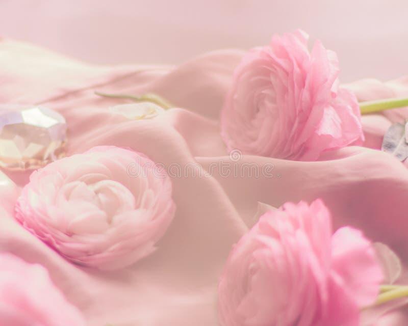 rosa rosafarbene Blumen auf weicher Seide - Hochzeit, Feiertag und Blumenhintergrund angeredetes Konzept lizenzfreie stockfotos