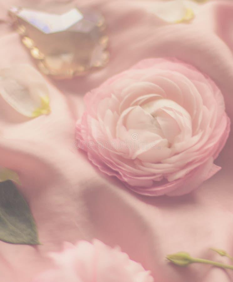 rosa rosafarbene Blumen auf weicher Seide - Hochzeit, Feiertag und Blumenhintergrund angeredetes Konzept lizenzfreie stockbilder