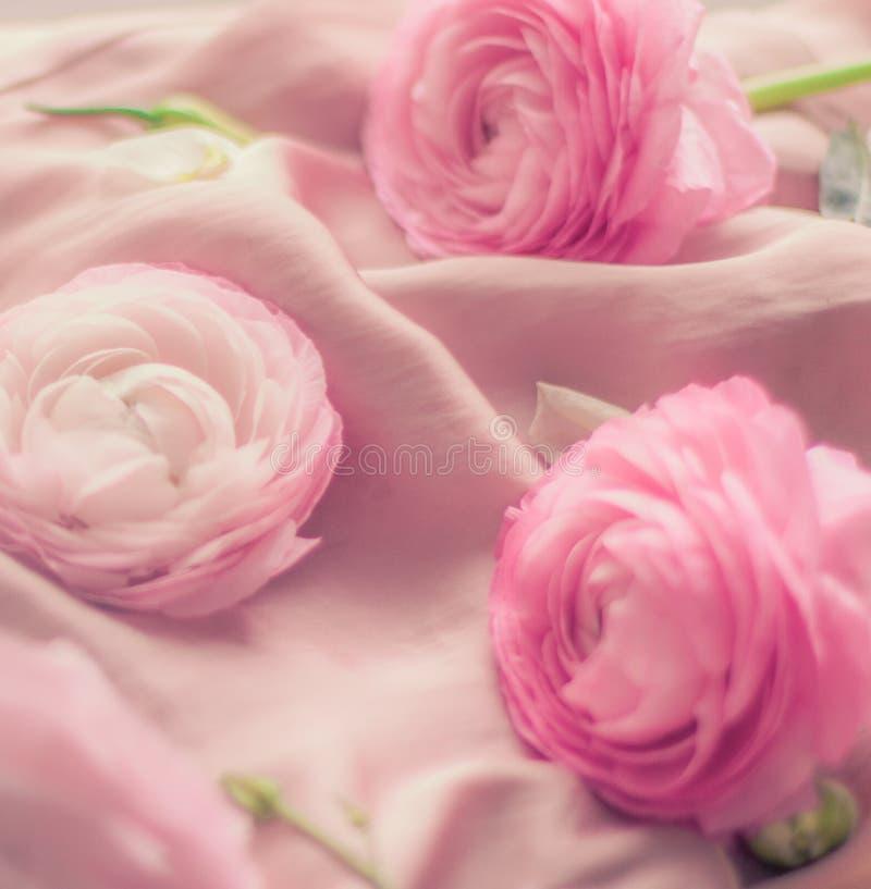 rosa rosafarbene Blumen auf weicher Seide - Hochzeit, Feiertag und Blumenhintergrund angeredetes Konzept lizenzfreie stockfotografie