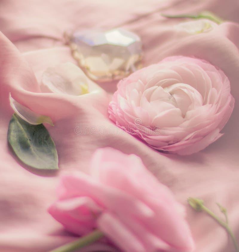 rosa rosafarbene Blumen auf weicher Seide - Hochzeit, Feiertag und Blumenhintergrund angeredetes Konzept stockfotos