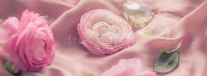 rosa rosafarbene Blumen auf weicher Seide - Hochzeit, Feiertag und Blumenhintergrund angeredetes Konzept stockfoto