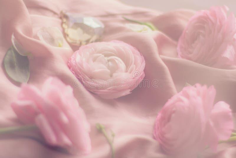 rosa rosafarbene Blumen auf weicher Seide - Hochzeit, Feiertag und Blumenhintergrund angeredetes Konzept stockfotografie