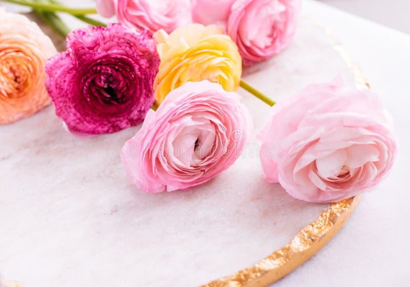 rosa rosafarbene Blumen vom Garten - Hochzeit, Feiertag und Blumengarten angeredetes Konzept lizenzfreie stockfotografie