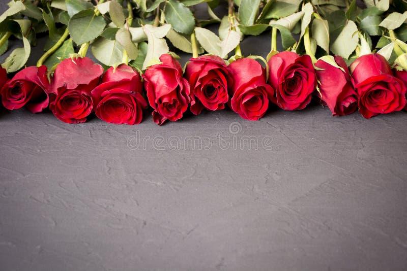Rosa Rosas vermelhas Ramalhete de rosas vermelhas O dia de mãe, o 8 de março, o dia da mulher Dia de Valentim, dia do casamento imagem de stock