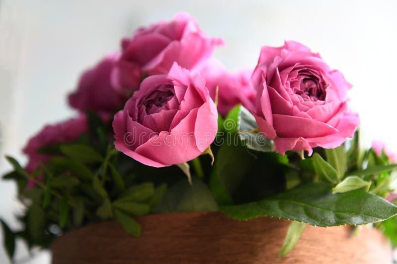 Rosa rosbukett i hemtrevlig trävas Romantiskt blom- foto för födelsedaghälsningar, bröllopinbjudningar, kort, design, tryck, royaltyfri foto