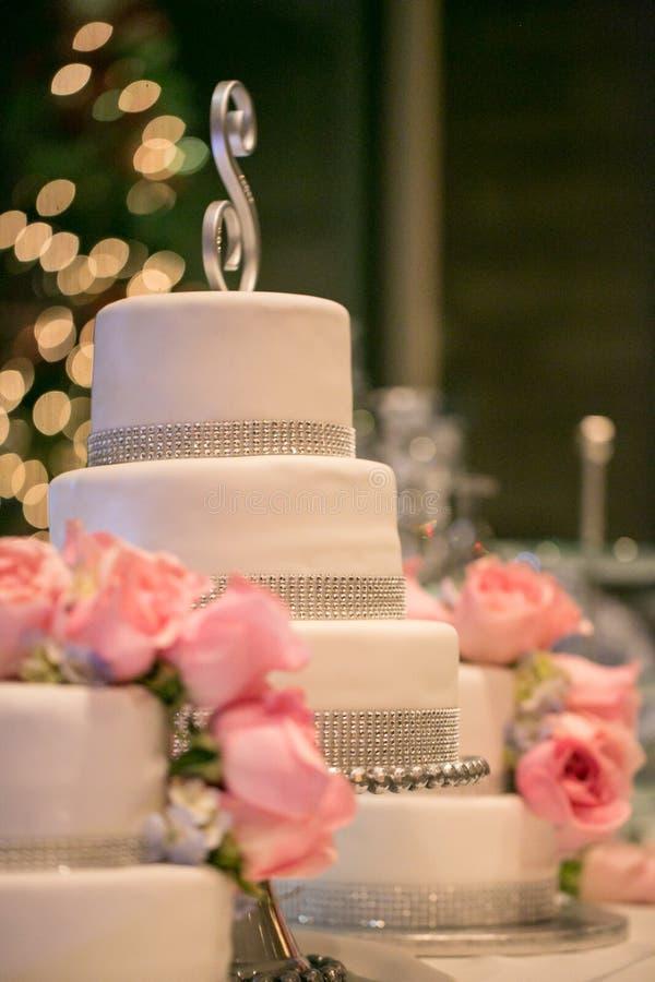 Rosa Rosen auf einer Hochzeitstorte lizenzfreies stockfoto