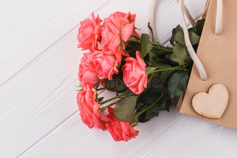 Rosa Rosen in der Einkaufstasche lizenzfreie stockfotos
