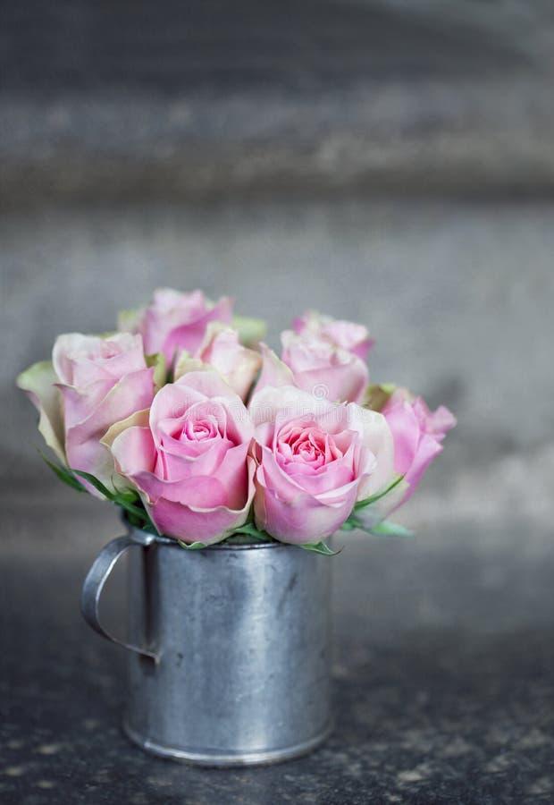 Rosa Rosen in einem Metall cup2 stockfotografie